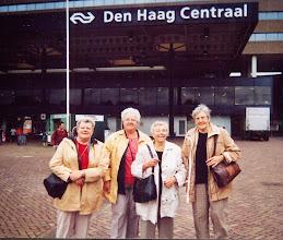 Photo: Lammie, Henny, Fenny en Geertje bij de spoorwegen in Den Haag