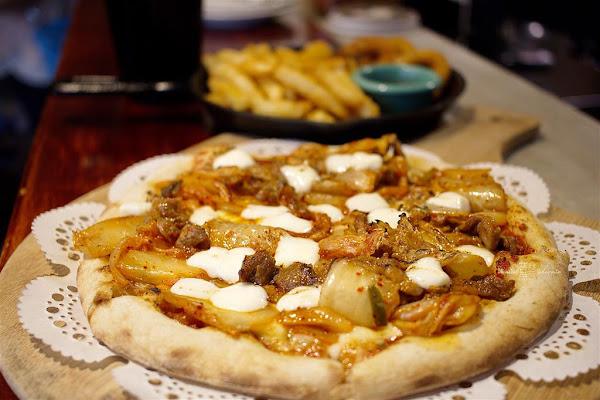 """幸福PIZZA披薩1號店 - 義大利柴燒窯烤披薩!超夠味的創意""""歐爸""""豬肉泡菜披薩微辣爽脆! 拼盤炸物套餐好划算,還有隱藏版口味隨老闆發揮!小資們飽足的好選擇!"""