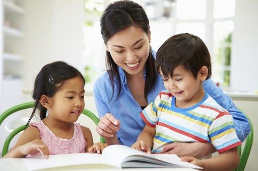đọc cho trẻ một vài cuốn sách trước khi đi ngủ