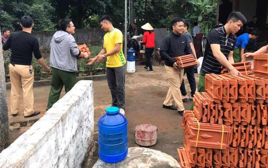 CBCS Công an TX Thái Hoà giúp đồng chí Nguyễn Hữu Hoàng tu sửa ngôi nhà gia đình đang ở