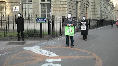 Photo: Distribution de tracts place Jacques Bainville.
