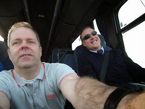 Photo: hulp bij de selfie van chauffeur Erik, hij moet sturen!