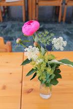 Photo: Alle borde var dekoreret med årstidens blomster.