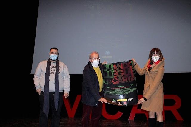 José Miguel Rodríguez, Médicos del Mundo; Antonio Bonilla, alcalde de Vícar; y Vanesa Lidueña, concejala, tras recibir el cartel del cortometraje.