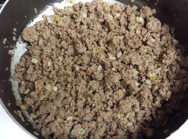 Brown ground beef with pepper, chili powder and season salt. Drain off all fat....
