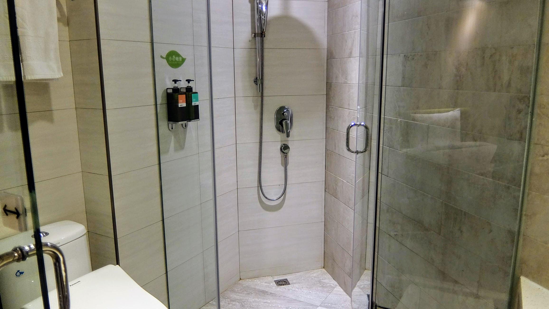 浴室乾淨, 那個蓮蓬頭水勁超強...
