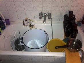 Photo: Krótki rzut oka na nasz warsztat - część sterylizatorsko - dezynfekująca. Przed kazdym warzeniem starannie myjemy wszelkie rurki, naczynia, miseczki, kubeczki, mieszadła, łychy itp. butelki i fermentatory dezynfekujemy odpowiednimi środkami chemicznymi (OXI) a na koniec wszystko wyparzamy we wrzątku. Porządek musi być. I sprawiedliwość! i prawo? błeeee