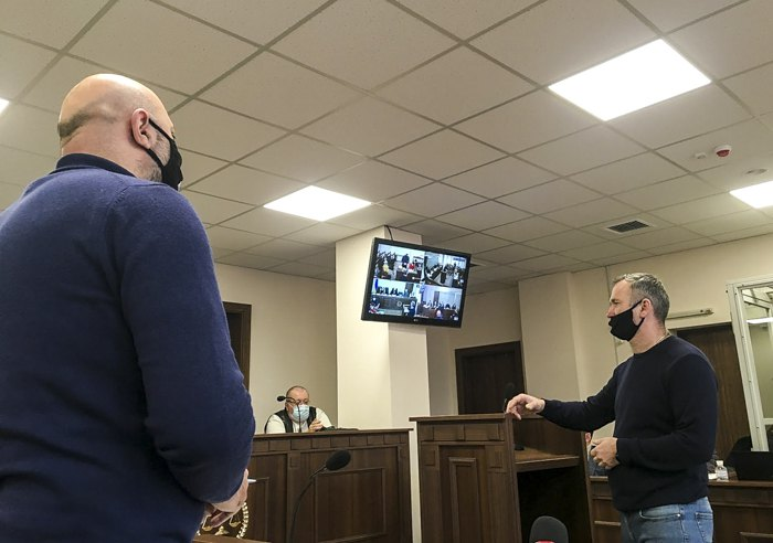 Віталій Косенький (справа), командир 3-го взводу 4-ї роти київського Беркуту, у Святошинському суді дає свідчення щодо подій 18-20 лютого 2014 р.