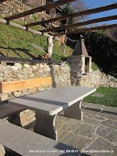 Photo: Tisch aus Iragnagneis (Tessinergheis hell) einbetoniert, Oberfläche und Kanten geflammt, Ecken leicht gerundet.