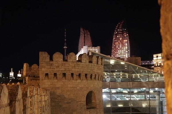 Blick von Bakus Stadtmauer auf die Flame Towers.