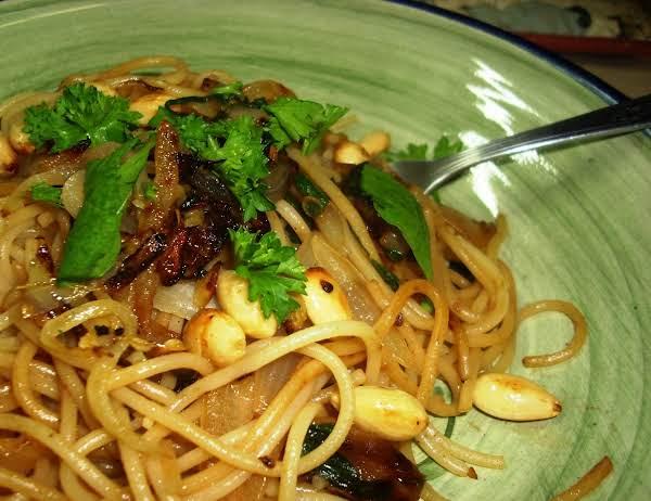 Spaghetti With Shallots And Arugula Recipe