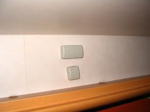 Photo: El soporte lateral-posterior, está en una zona visible, sobre la cama. Se le ponen las tapas para tapar la placa, los tornillos y las tuercas. Fue necesario cortar los tornillos 15mm. Se tuvo en cuenta la altura del toldo para que saliera en este punto.