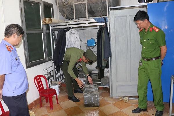 Khám xét nơi ở của Cầm tại số nhà 24 đường Nguyễn Thị Minh Khai, TP Hà Tĩnh