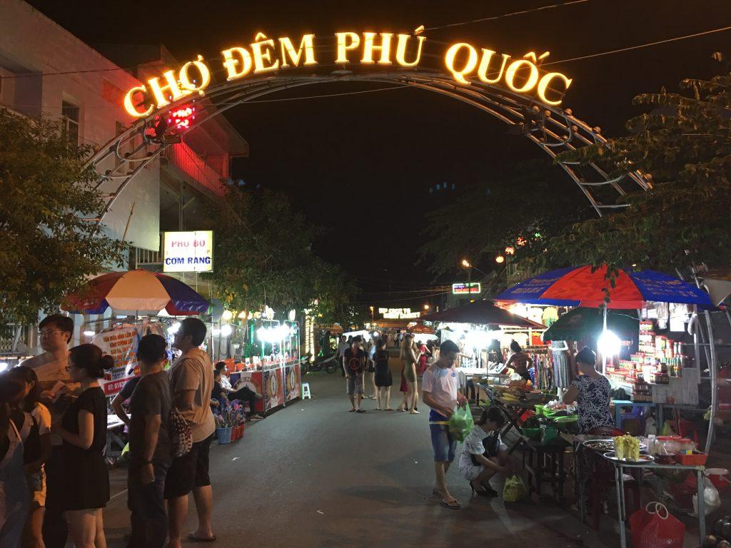 Du lịch Phú Quốc - Check in bên cổng mặt người