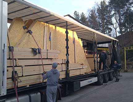 Załadunek drewnianych elementów domu modułowego