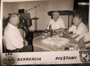 """Photo: Költötték Nagy Károly (1924-2000) és idős Lakatos Károly (1922-2001) Pőstyénben, 1985-ben, amikor néhány napot, mint nyugdíjasok a pőstyéni fürdőben tölthettek a csicsói földműves szövetkezet jóvoltából. Irma és Éva fürdőházak Pőstyénben. Ezt a verset régi papírok között találtam, nagybátyám Nagy Károly """"hagyatékából"""". E K E     Elindultak a férfiak, Hogy szerencsét próbáljanak. Mivel szűk kezű a szerencse, Őket messze elkerülte.  Futkároztak erre-arra, Próbálkoztak az Irmába'. Az Évát is sorba vették,  A szerencsét csak kerülgették.  Látván mostoha sorsukat, """"EKE"""" klubot alakítanak. Eke a mezőgazdaság jelvénye, Klubunknak ez rövidítése.  """"E"""" betű az elkeseredettnek eleje, """"K"""" kanok kínos keserve, """"E"""" a végén az egyesület betűje.  Az egyesületnek szabálya: Ki éjfél után jár csak haza, Az egyesületet kerülje. Neki itten nincsen helye.  Ezek már a boldogabbak, Ők már néha kapnak, kapnak. Fürödnek a boldogságba', Csak vigyázzon mind magára!  Már hátra csak azok vannak, Akik mindig itthon laknak. Ők mint jöttek, úgy maradnak, Innen szűzen távozhatnak.  Itt a vége, fuss el véle, Ez az """"EKE"""" egy törvénye. E K E"""
