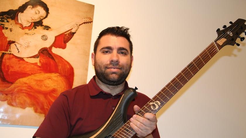 Alejandro Ramírez, con su guitarra eléctrica.