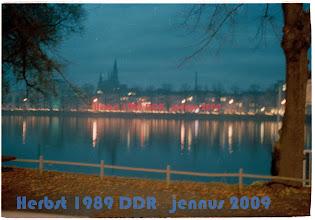 Photo: G Demo mit tausenden Kerzen um den Pfaffenteich in Schwerin.