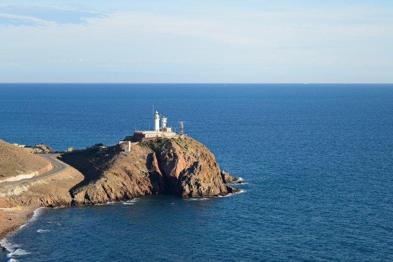 Almería entra con la carretera que recorre la costa de Cabo de Gata.