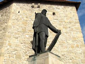 """Photo: Statuia lui Baba Novac -  Monument ridicat in cinstea memoriei lui Baba Novac -  Inscriptia de pe monument: """"Baba Novac - Capitan a lui Mihai Viteazul, ucis in chinuri groasnice de catre unguri in data de 5 februarie 1601. S-a ridicat acest monument spre cinstirea memoriei sale in anul 1975.""""  Este operă a sculptorului Virgil Fulicea -  (2011.10.20)"""