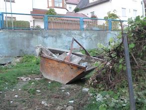 Photo: In dieser Mulde wandert unser Müll immer auf den Laster über den Zaun.... das ist wirklich gut ....