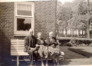 Photo: Evert en Marchien Stenveld-De Vries en buurvrouw Griet Oosting-Pieters, wonende aan de Kampstraat