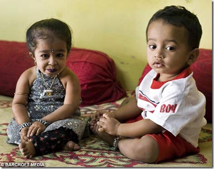 world smallest girl Jyoti Amge picture