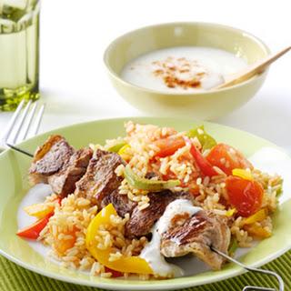 Lamsspiesjes Met Geroerbakte Rijst Met Paprika En Yoghurt