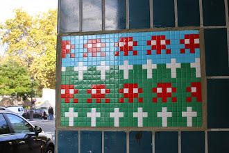 Photo: Street art - Space invaders - Paris XIe - Père Lachaise - rue de la Roquette en face le Père Lachaise