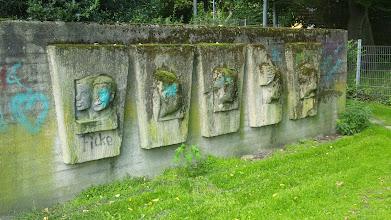 Photo: Niestrath-Reliefs unter der Aura von ,Kultopia'.