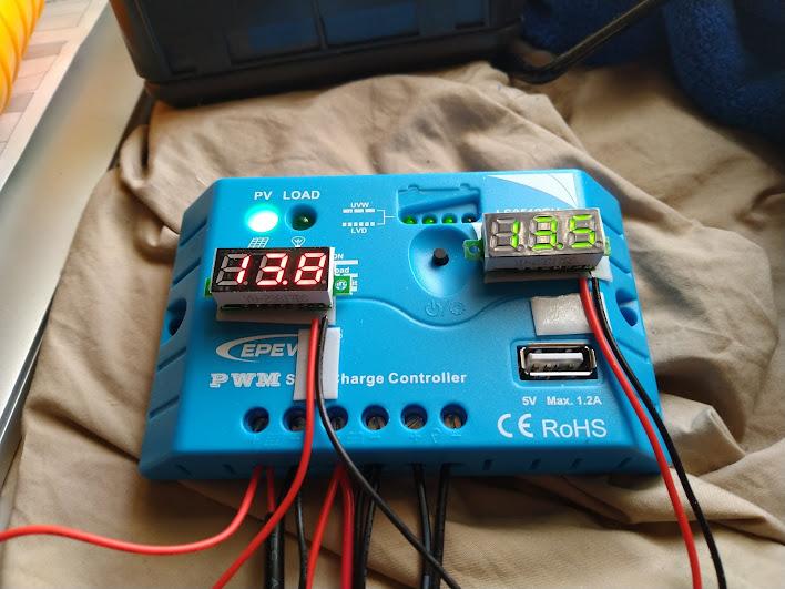 写真:電圧計を付けたコントローラ