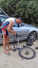 Photo: Sin bajarse del coche pinchazo