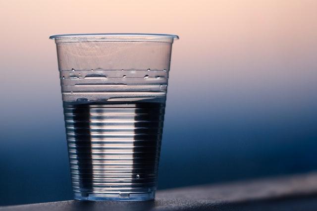 Substitua os copos plásticos por reutilizáveis