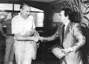 Photo: El presidente finlandés, Mauno Koivisto, de vacaciones en el hotel Tamarindos, del sur grancanario, recibe a Amado Moreno.
