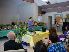 Photo: Anh Bùi Mạnh Hà bắt đầu phần thuyết trình về thay chậu cho lan với cây lan do chính anh lai tạo và nuôi trồng.