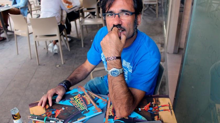 Rafael Amat Martínez  ha escrito el argumento y la elaborado los dibujos del cómic 'Regreso al Oeste'.