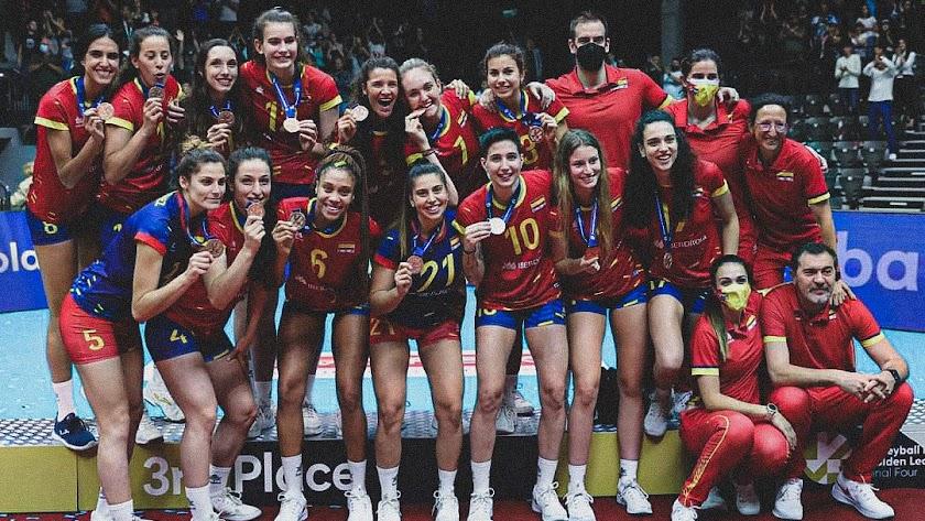 La Selección Española Femenina posando con la medalla tras ganar a las checas.