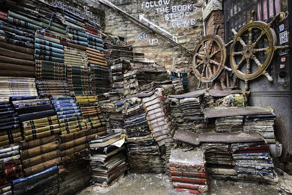 Libreria - Acqua alta  di Fiore Doncovio