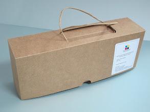 Photo: Embalagem para garrafas com alça - Fechada. (outro tipo de papel e cordão)