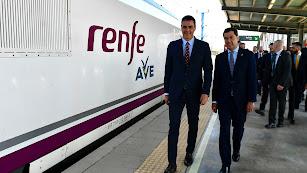 Sánchez y Moreno, junto al AVE de Granada.