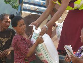 Photo: Voluntarios de la Fundació Casa del Tibet repartiendo sacos de  arroz en la aldea de Khalte, distrito de Dhading.