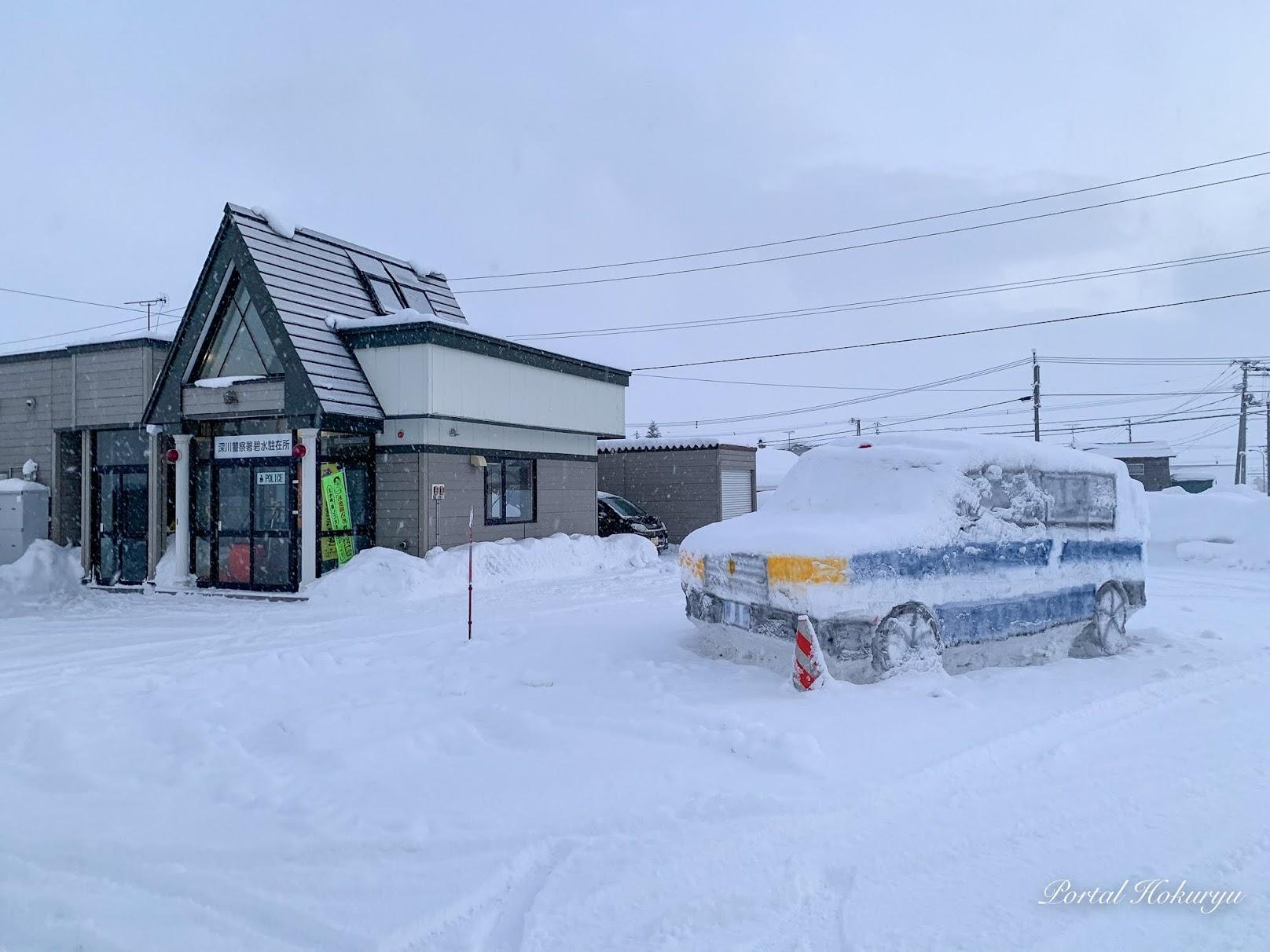 雪のパトカー