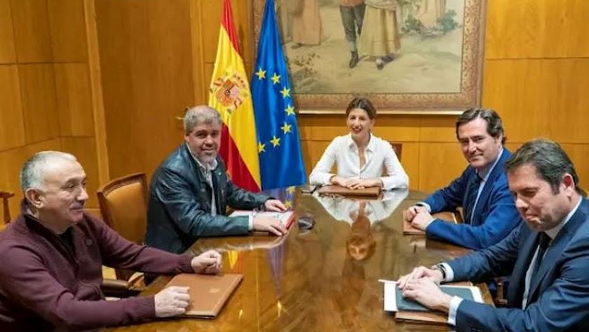 La ministra de Trabajo y Economía Social, Yolanda Díaz, junto a UGT, CCOO, CEOE y Cepyme. Foto: Ministerio de Trabajo