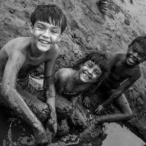 Candid Smile by Eliseu Paes - Babies & Children Children Candids ( playing, mud, children, candid,  )