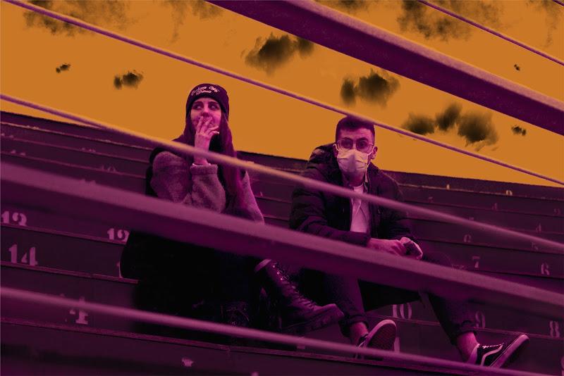 Pandemia guarda fissa, tu sigaretta distrazione. di salvador_drunki