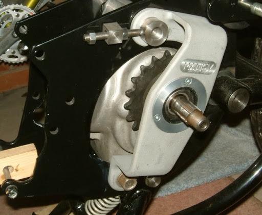 Palier suplementaire entre la boite et la transmission primaire des Norton Commando.