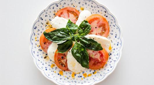 Ensalada de tomate, queso fresco y anchoas: una cena fresquita y ligera