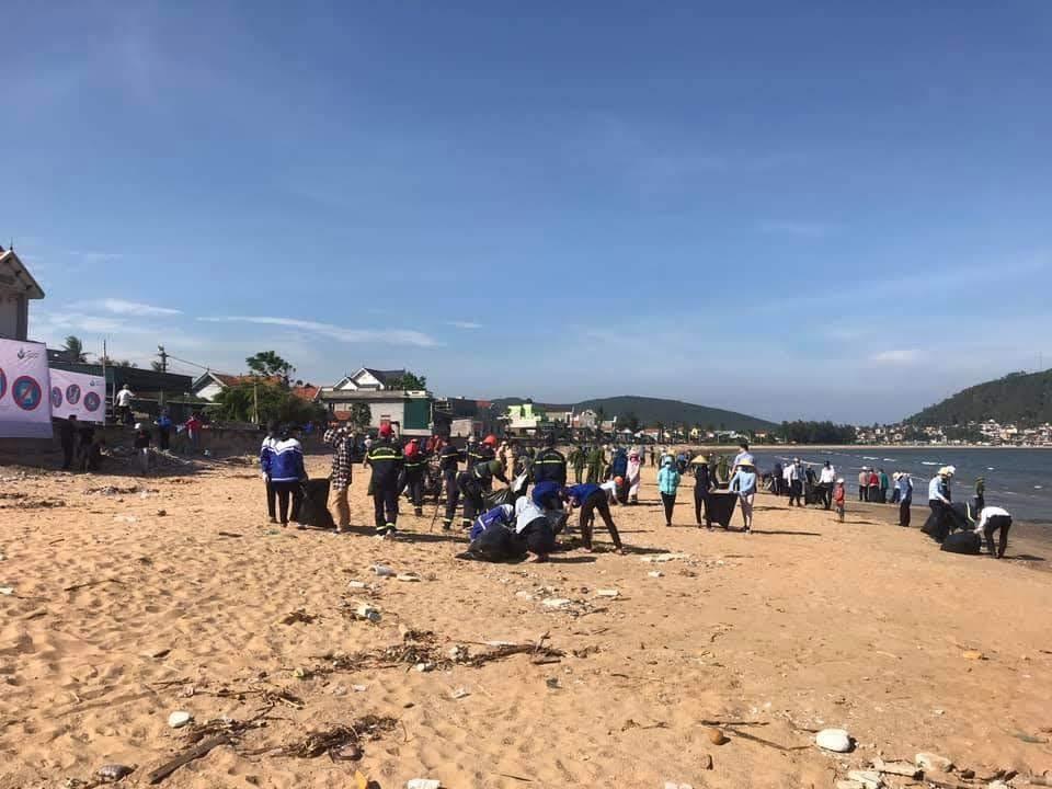 Thu gom rác thải, làm sạch môi trường biển.