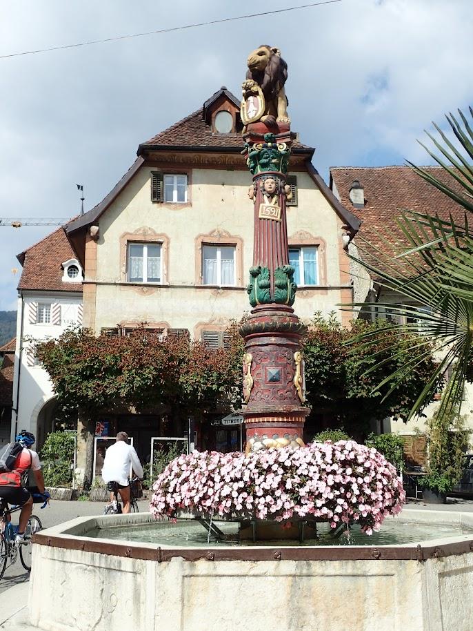 La fontaine du Lion à Delémont. La fontaine date de 1590. En 1917, elle fût surmontée d'un lion tenant les armoiries de la ville, en remplacement d'une boule qui était visible sur d'anciennes photos. Il y a quatre fontaines à Delémont: la fontaine du lion, la fontaine St-Henri, la fontaine de la Boule, la fontaine du Sauvage