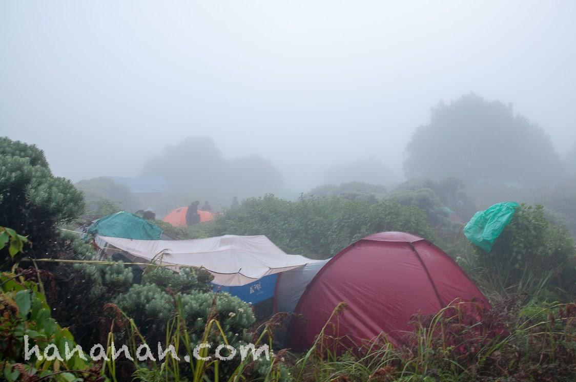 Hujan-hujanan di atas gunung di tengah kabut begini, rasanya tak bisa dideskripsikan. Pondok Salada Gunung Papandayan